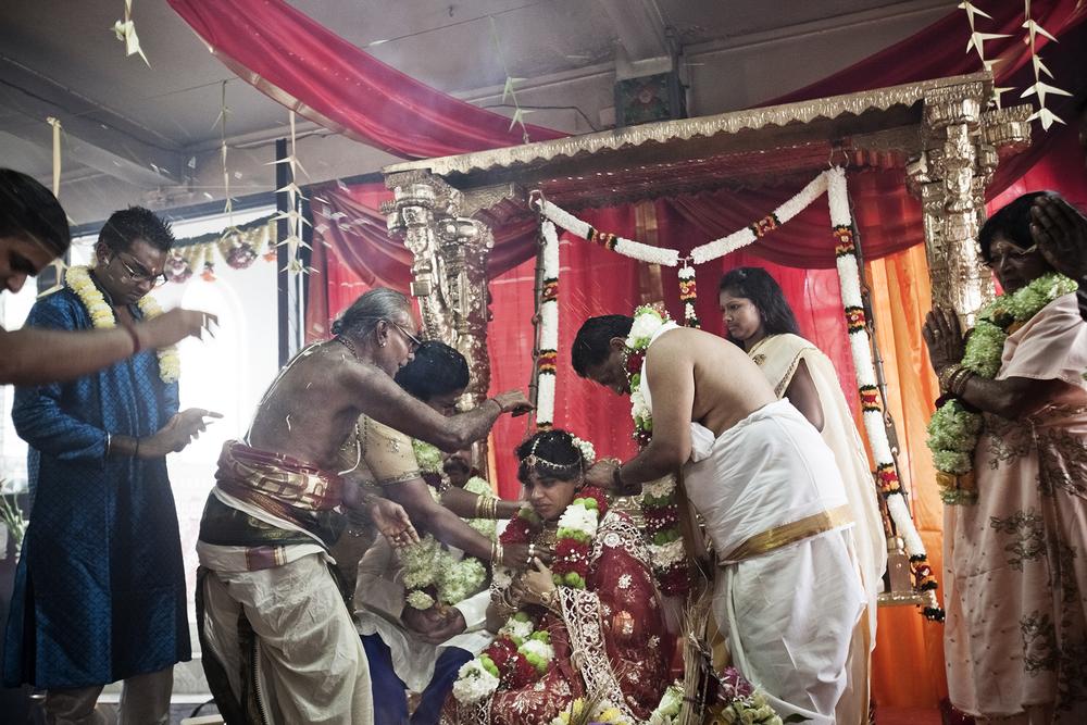 Temple de la Saline. Rajesh et son mari qui sont très pratiquants, ont choisi de faire un mariage traditionnel dans le temple qu'ils fréquentent régulièrement. La cérémonie traditionnelle est ponctuée par de nombreux rites.