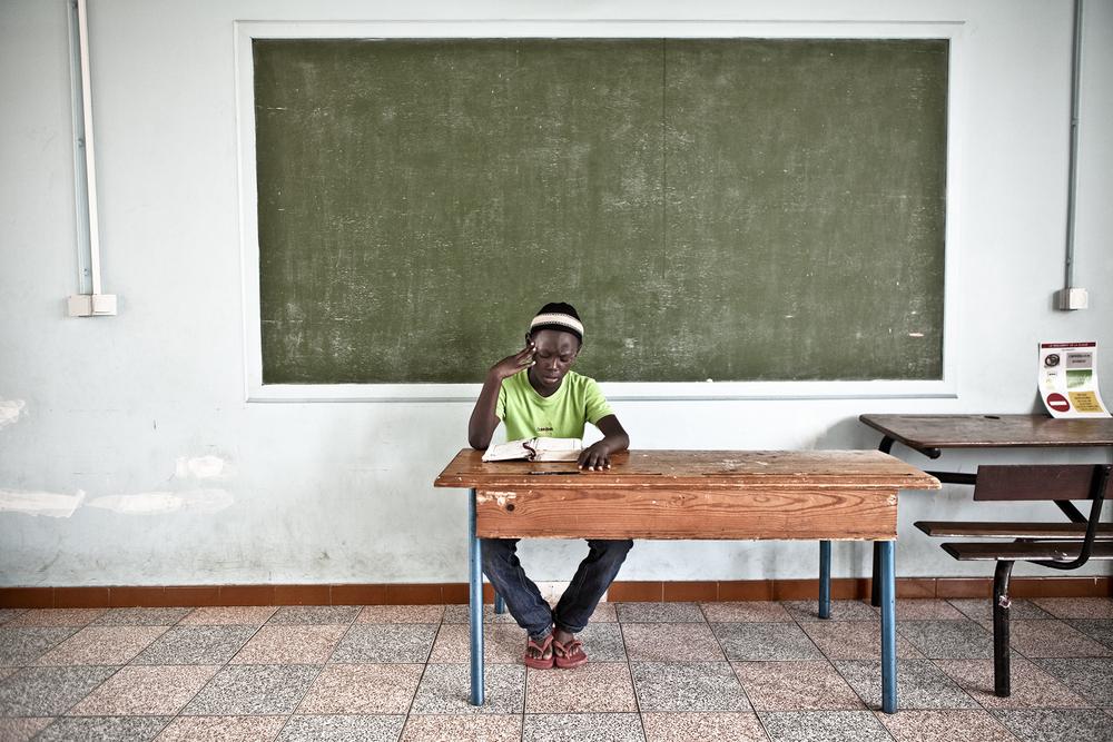Médresa de Saint-Pierre, Ile de la Réunion. Novembre 2012.Elève durant un cours de lecture du Coran. Les cours à la médersa ont pour objectifs principaux d'apprendre l'histoire du prophète, les valeurs de l'Islam, et à lire le Coran en arabe pour en mémoriser les chapitres.