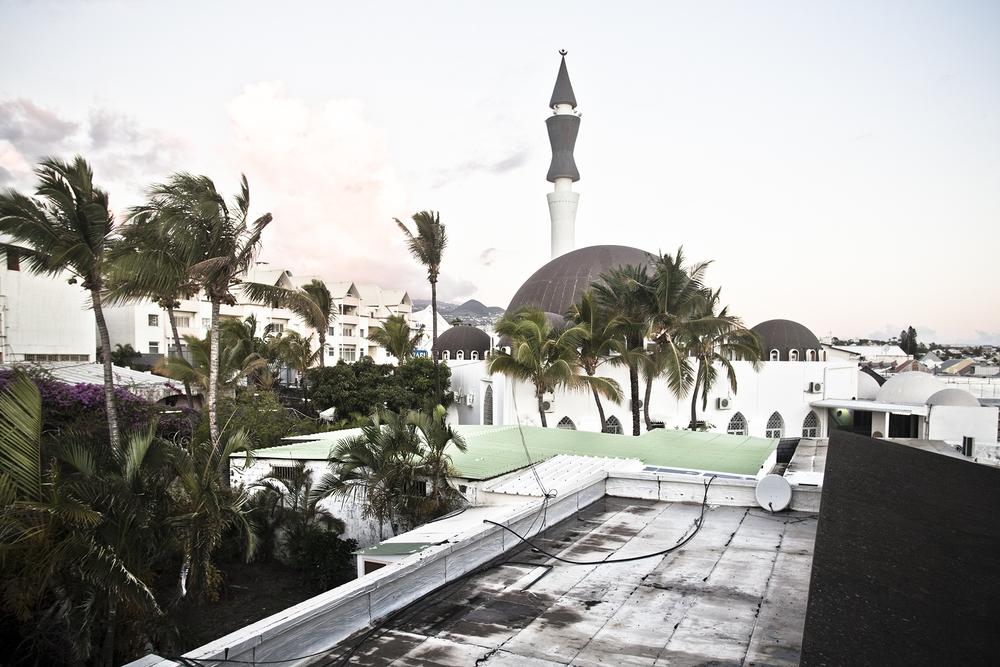 Saint-Pierre, Ile de la Réunion. Décembre 2012.Vue de la mosquée Attyabou Massâdjid. La mosquée actuelle a été construite en partie sur l'emplacement de l'ancienne mosquée, édifiée en 1913. Elle a été agrandie pour accueillir plus de pratiquants entre 1972 et 1975. Elle a été conçue par l'architecte Wladimir Frizel, connu pour de nombreuses réalisations sur l'île.