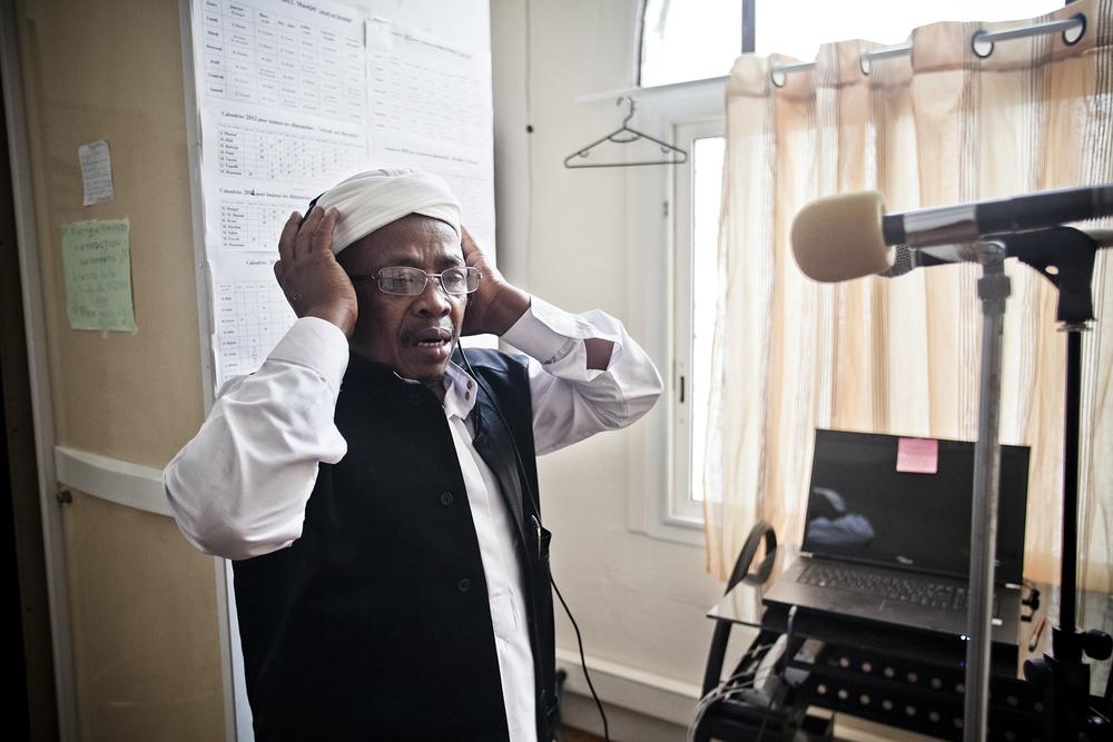 Saint-Pierre, Ile de la Réunion. Octobre 2012.M. Mouigni Maoulida, muezzin depuis 15 ans à la mosquée de Saint-Pierre, annonce l'appel à la prière. Originaire de l'île de Mayotte, il est arrivé la Réunion en 1988.