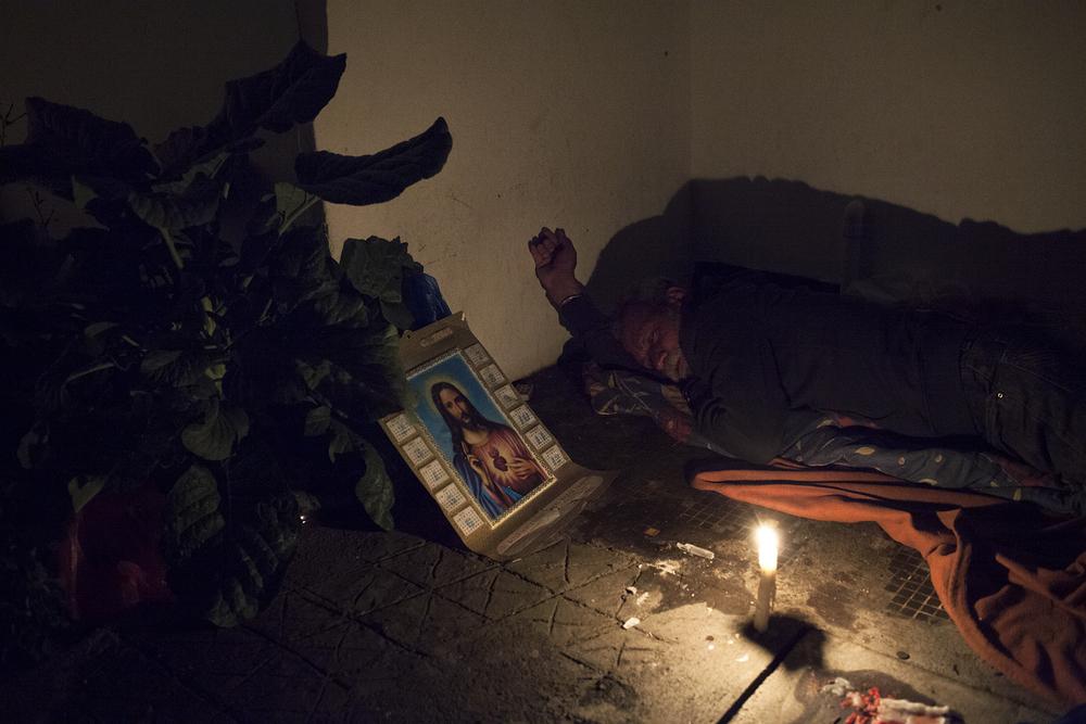 Jean-Nöel vit dans la rue depuis quinze ans. Parti en métropole trouver du travail, il a construit sa première vie là-bas. Marié, père de plusieurs enfants, il mène une« une vie normale » jusqu'au jour où il apprend que sa femme le trompe. Pour ne pas « commettre l'irréparable » il choisit de revenir vivre à la Réunion. C'est le début d'un engrenage. Il n'a pratiquement aucun contact avec sa famille, il tombe dans l'alcool et finit «dans le chemin».Aujourd'hui, Jean-Noël «attend son heure et que là-haut, il vienne le prendre». Il occupe ses journées comme il peut et les passe souvent seul. Le soir, il dort un peu partout mais essaye de rester à proximité de l'église car il espère que «Dieu le garde». SAINT-PIERRE, SEPTEMBRE 2014