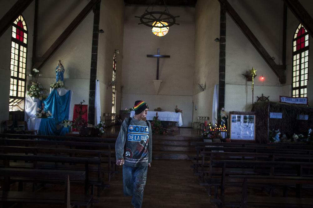 Comme la plupart des Réunionnais, les sans-abris viennent régulièrement se recueillir dans les lieux de culte. Pour Guerrier comme pour les autres, Dieu représente le «sauveur», celui qui les sortira de leur condition. SAINT-PIERRE, ÉGLISE DU QUARTIER DE TERRE SAINTE. DÉCEMBRE 2012