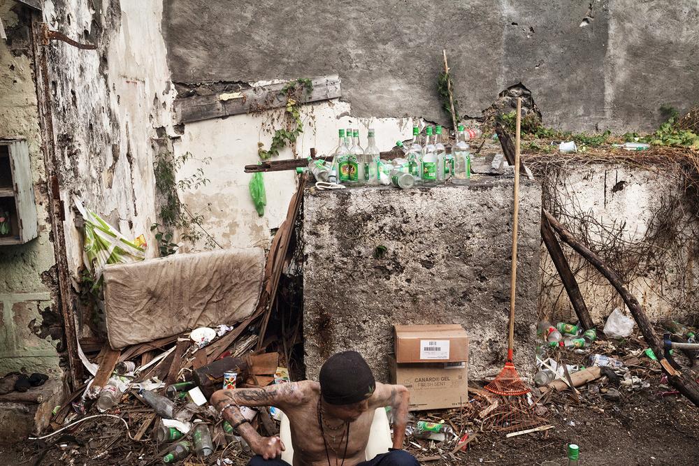 La bouteille de rhum de 1,5 litre coûte 8 euros à La Réunion. Dans le squat, la consommation est quotidienne et abondante. SAINT-PIERRE, SQUAT DE RAVINE BLANCHE, SEPTEMBRE 2014