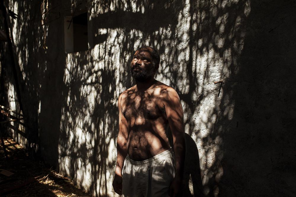 Loulou, la quarantaine, est natif de Saint-Pierre. Il ne dit pas grand-chose de son histoire si ce n'est que son parcours familial et ses problèmes psychologiques l'ont conduit à «vivre dans le chemin». Une situation dont il ne se plaint pas forcément dans la mesure où il n'a «personne pour l'emmerder». SAINT-PIERRE, SQUAT DE RAVINE BLANCHE, AOÛT 2014