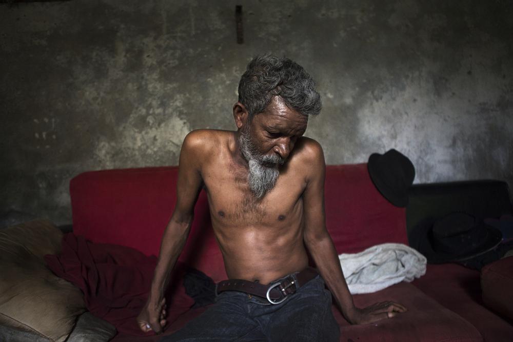 Valdo est le doyen des lieux. Charpentier de métier, il a passé dix ans en métropole, où il a eu quatre enfants avec trois femmes différentes. Il revient s'installer dans l'île à la fin des années 90 mais retrouver un emploi est difficile. Lorsqu'il y parvient enfin, il est victime d'un accident du travail. Malgré sa volonté, il ne pourra jamais reprendre. Son couple explose, Valdo plonge dans l'alcool puis finit à la rue en 1999. SAINT-PIERRE, SQUAT DE TERRE SAINTE, JUILLET 2014