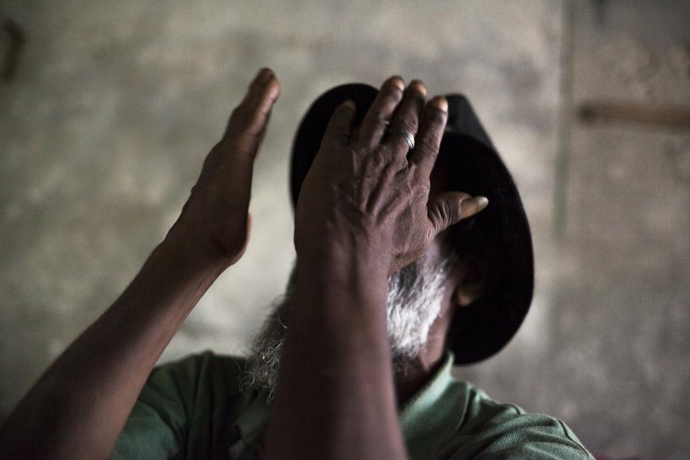 La santé de Valdo s'est beaucoup dégradée au cours de ses années dans la rue. Il souffre notamment de problèmes aux jambes qui l'ont récemment conduit à l'hôpital durant six mois. Il suit aujourd'hui une cure de désintoxication pour l'alcool et est hébergé chez une de ses soeurs. SAINT-PIERRE, SQUAT DE TERRE SAINTE, NOVEMBRE 2014