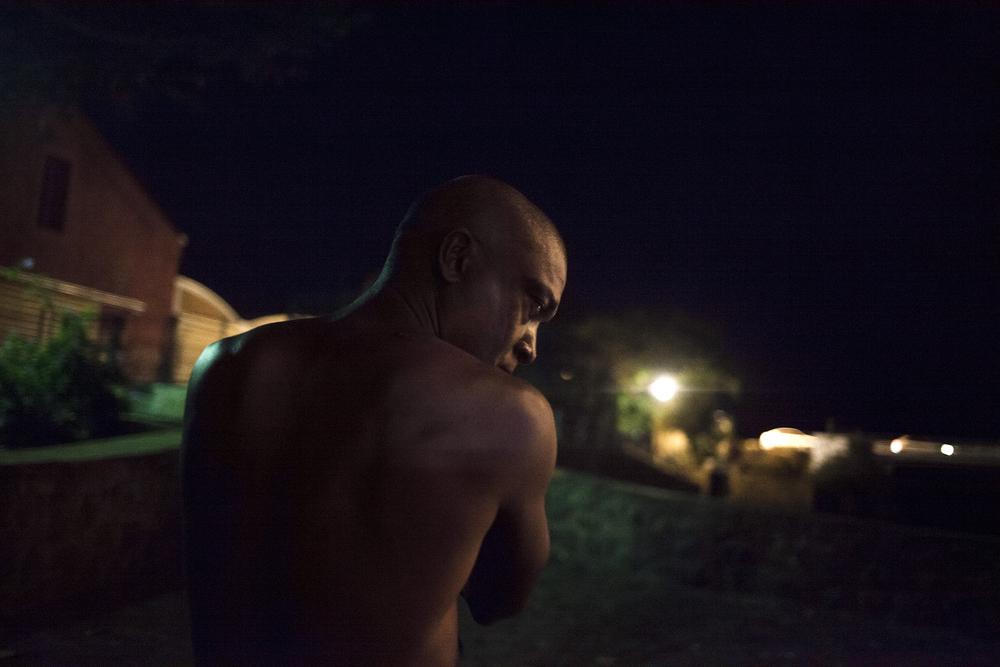 Speedy a rejoint des sans-abris réunis au kiosque à côté de la rivière d'Abord. Depuis un an, il est hébergé par des amis dans un squat tout proche. SAINT-PIERRE, PRÈS DE LA RIVIERE D'ABORD. NOVEMBRE 2014