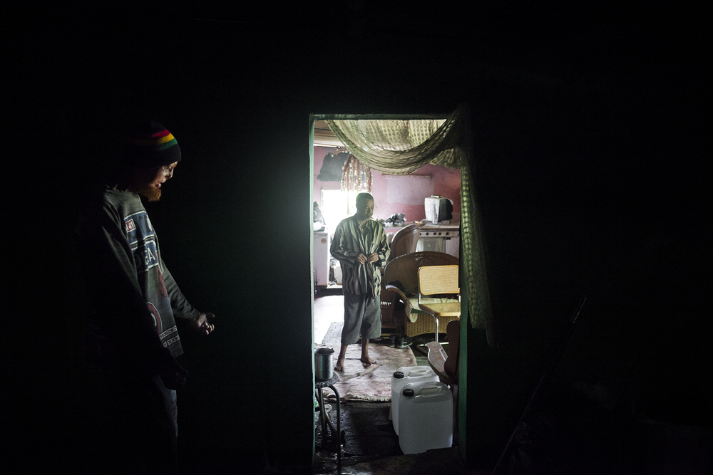 Guerrier et Alain, ont régulièrement de violentes disputes sous l'emprise de l'alcool. Malgré cela, Guerrier considère son complice comme un membre de sa famille. Il l'appelle « Tonton », une marque de respect pour celui qui lui a tout appris des règles de la vie à la rue.Alain l'héberge souvent dans une chambre rongée par l'humidité dont le toit en taule est percé de toutes parts. SAINT-PIERRE, DÉCEMBRE 2012