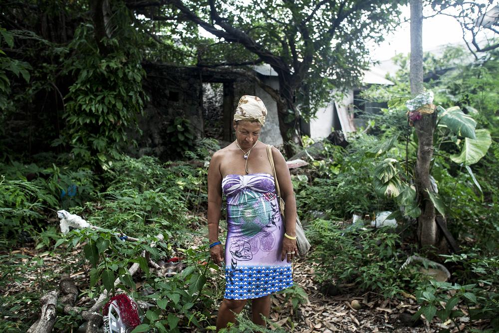 Madame Julie a 49 ans et vit dans la rue depuis dix ans. Elle a grandi dans plusieurs familles d'accueil sur l'ile avant d'être employée de maison dans de riches demeures ou aide à domicile pour personnes handicapées. Elle a été victime de violences conjugales, a connu la drogue, l'alcool et de nombreux séjours en psychiatrie. Ses 5 enfants sont placés en famille d'accueil.Aujourd'hui, elle se prostitue quotidiennement dans cette case abandonnée pour des sommes dérisoires. Ses clients sont des habitués. Des gens du quartier, des précaires, beaucoup de sans abris. Elle essaye de survivre avec l'argent de ses passes et de son RSA. SAINT-PIERRE, QUARTIER DE TERRE SAINTE, JANVIER 2013