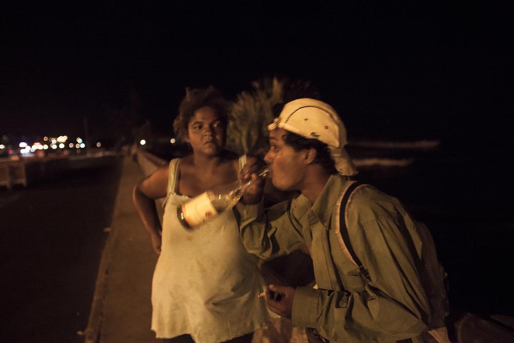 22h, les agents de sécurité sont partis. L'heure pour Estrella et Ludovic de rejoindre leur squat situé dans l'enceinte d'un supermarché. Ils font très attention à garder cet endroit secret pour ne pas rajouter de galères à la galère. A moins de 25 ans, ils n'ont pas accès au RSA et ne peuvent compter que sur les dons d'associations, ou faire la manche. Avec le peu d'argent qu'ils récoltent, Estrella peut acheter le minimum vital pour la journée suivante et les bouteilles d'alcool : vin de mauvaise qualité pour elle, rhum pour Ludovic. Vivre caché n'est pas facile pour Estrella, « Mais je ne me plains pas. On est deux avec Ludovic. Et à deux dans la rue, c'est plus simple, on s'aide, on se donne du courage.» SAINT-PIERRE, JANVIER 2013