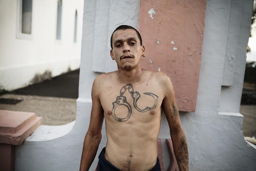 Brian a grandi dans une famille pauvre de Saint-Joseph. Après une scolarité qu'il abrège très vite, sa vie devient une succession d'allers-retours entre le domicile familial, la rue et la prison. Les «gars de la Passerelle», une communauté de sans-abris qui tire son nom du lieu où ils dorment, constituent avec son oncle le seul entourage sur lequel il puisse compter. SAINT-JOSEPH, OCTOBRE 2014