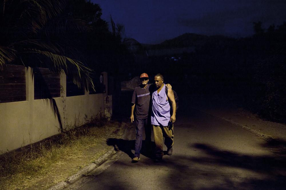 Hervé et Expédit sont alcoolisés depuis le matin. À Saint-Joseph, tout le monde les connaît mais peu de gens les fréquentent. On dit d'eux qu'ils sont bagarreurs. Ils ont grandi ensemble et sont très liés. SAINT-JOSEPH, OCTOBRE 2014