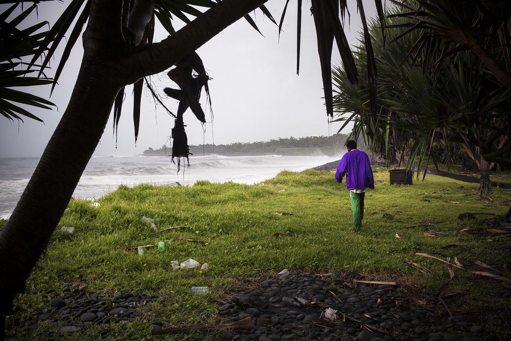 A La Réunion, l'été austral est la saison des cyclones, il pleut parfois durant plusieurs semaines. François longe la côte pour accéder à l'un des lieux où il dort régulièrement, un petit kiosque au vent qui le protège à peine de la pluie. Récemment, j'ai appris qu'une de ses demi-soeurs l'hébergeait dans son salon depuis quelques mois. Mais pour combien de temps ? SAINT-BENOIT, JANVIER 2015