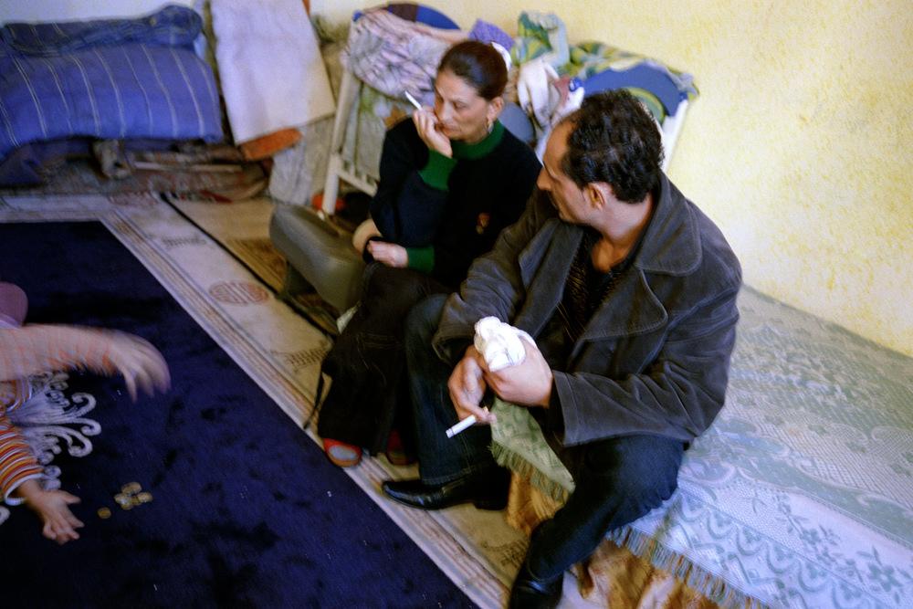 Rémus et Liliana, chez un proche de la famille. Alès, 2008.  Cette période est très difficile pour leur couple et pour la famille, qui se trouve fortement désunie.  Leur démarches multiples pour s'en sortir et retrouver le niveau de vie qu'ils avaient lorsqu'ils vivaient au foyer n'aboutissent à rien.Cette situation durera plus d'un an.