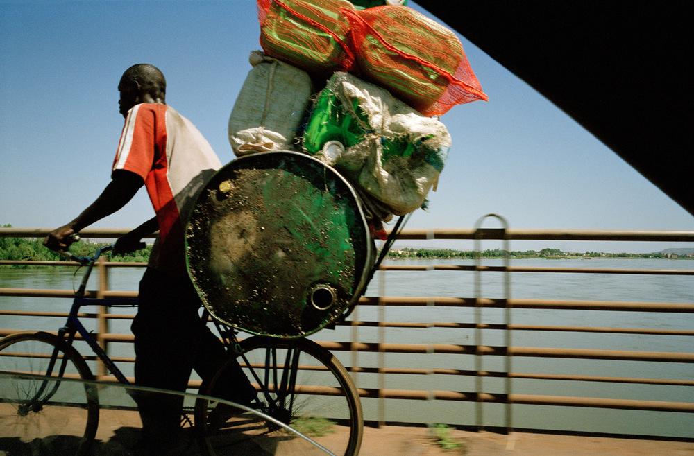 Pont des Martyrs au dessus du fleuve Niger, Bamako.  Ce pont enjambe le fleuve Niger et relie les vieux quartiers de la capitale à la banlieue.
