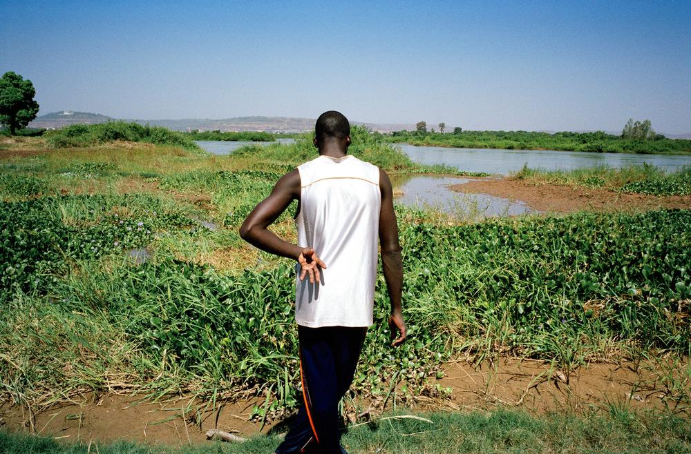 Quartier de Magnambougou, Bamako, Mali.  Cultivateur de salades sur les berges du Fleuve Niger.