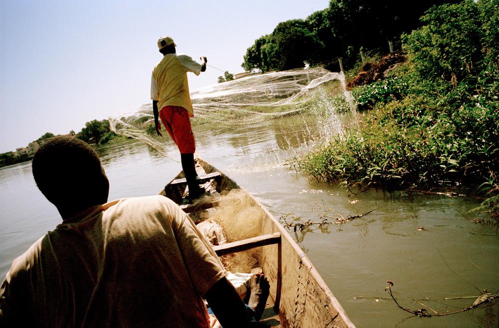 Pêcheurs à bord de pirogues sur le fleuve Niger. Quartier de Magnambougou, Bamako, Mali.