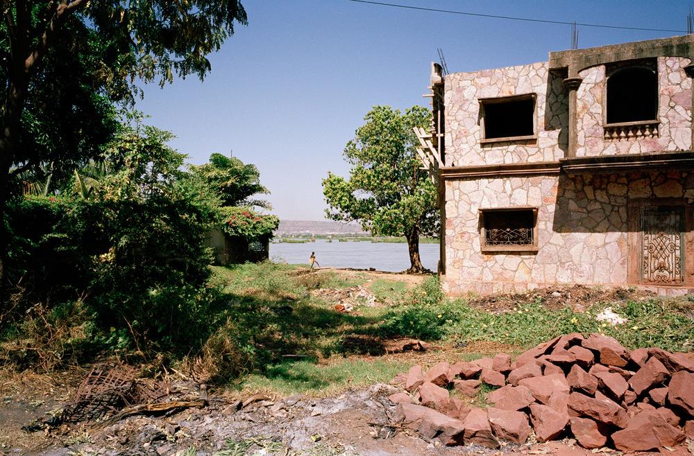 Fleuve Niger, quartier de Magnambougou, Bamako, Mali, octobre 2009.  Maison en construction le long du fleuve.
