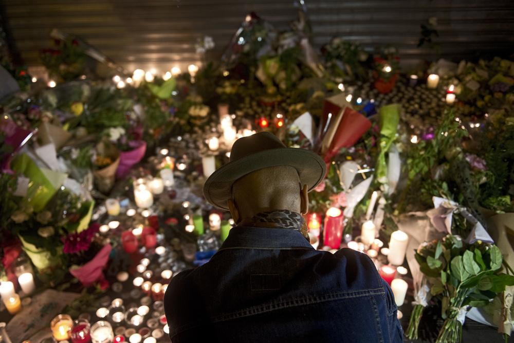 LENDEMAIN DES ATTENTAT DE PARIS LE 14 NOVEMBRE 92 RUE DE CHARONNE DEVANT LA BELLE EQUIPE