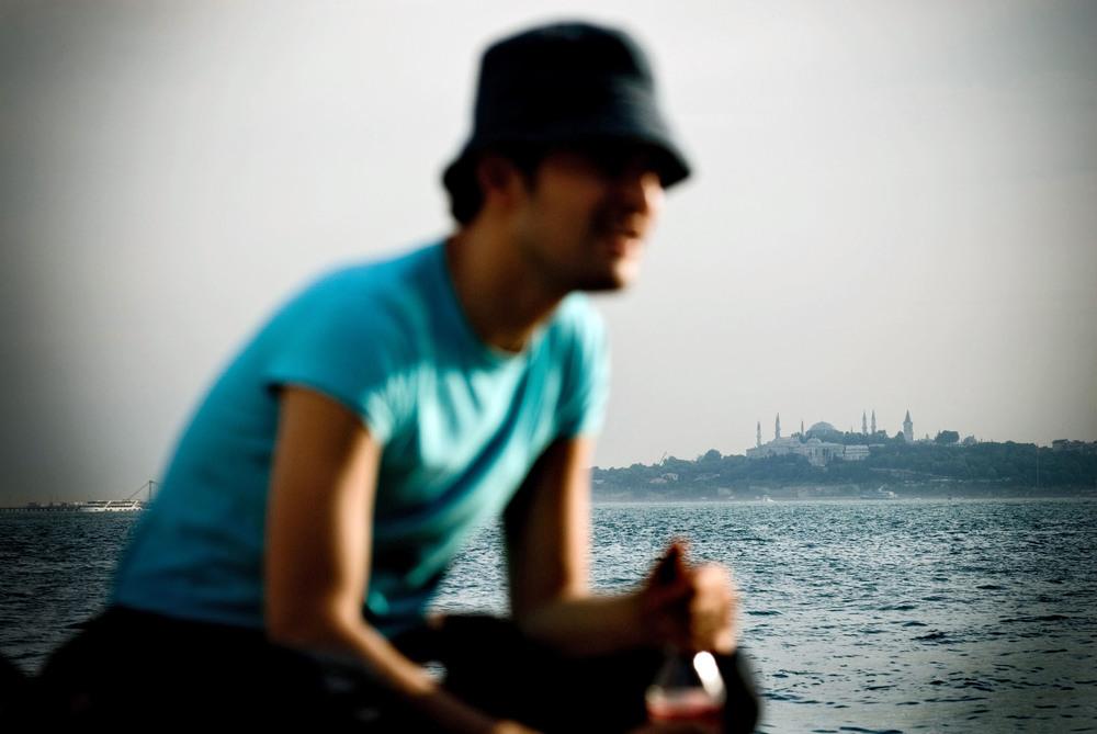"""En bordure du Bosphore à Besiktas, un anonyme se confie: """"Je ne met pas en avant mon homosexualité mais si on me le demande, je repond à la question ouvertement."""". Ici, le conservatisme des mentalités fait craindre l'exclusion des environnements professionels et/ou familiaux."""