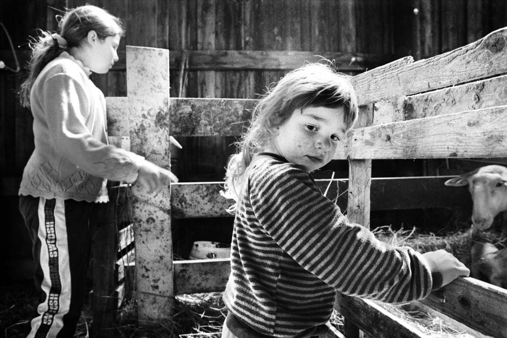 Flore et Marie Laure Labadie dans la bergerie familiale. Cette exploitation n'est plus en activité aujourd'hui.