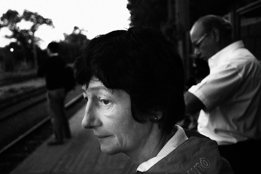 Départ à 5h30 du matin pour Sandra qui se rend à Buenos Aires pour son travail. Marche à pied, bus, train, 2 heures de transports en commun aller, 2 heures pour le retour.