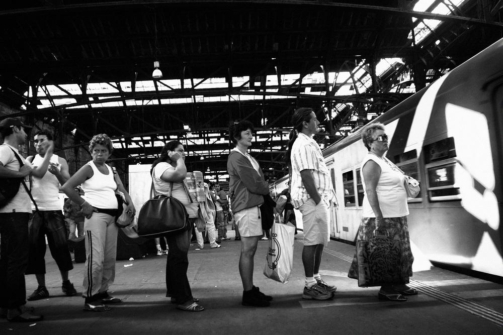 Gare de Constitution à Buenos Aires, 5 heures de l'après-midi. Chaque jour plus de 1 million de personnes utilisent les trains de banlieue pour se rendre à leur travail. Il y a des pannes quotidiennes du fait de la vêtusté du réseau et du matériel roulant. On sait quand on part, mais on ne sait pas quand on arrive !