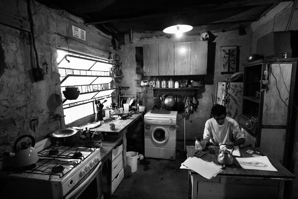 Maison de Sandra et Rodrigo. Chaque jour en se levant, avant d'aller au travail, Rodrigo dessine un peu. Avant toute chose, il est peintre, et dès qu'il a un moment il s'y consacre.