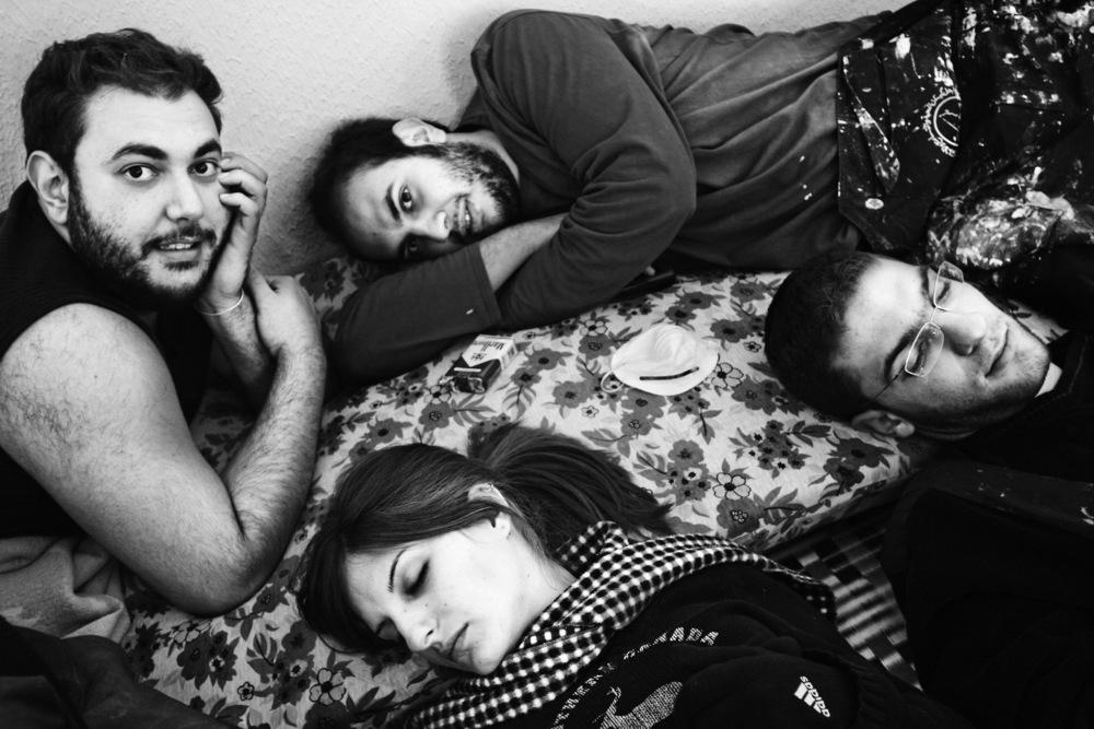 Jeunes membres de l'association Offre Joie, qui se veut apolitique et se consacre depuis 25 ans à l'unité et à l'engagement citoyen, en réunissant des jeunes Libanais de toutes confessions et de toutes origines, dans le but d'échanger et de réaliser des projets sociaux Banlieue de Beyrouth, décembre 2005