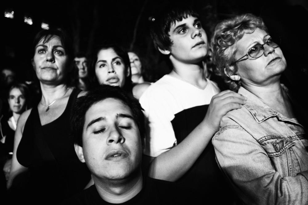 Commémoration des 30 ans de la dictatureSur la place de Mai, des milliers de gens viennent en famille pour se souvenir. Cette manifestation est emmenée par les Mères de la place de Mai, qui se battent depuis plus de 30 ans. Le slogan choisi : « 30 ans de vie contre la mort ». Buenos Aires, 24 mars 2006