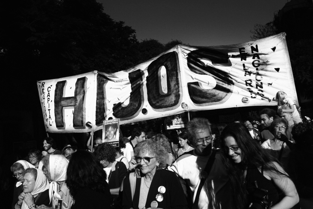 Association Los Hijos (Hijos por la Identidad y la Justicia contra el Olvido y el Silencio)Cette association, créée en 1995, rassemble les enfants de disparus pendant la dictature. On estime à 30000 le nombre de personnes tuées pendant ces années de plomb. Les Mères de la place de Mai, rendues célèbres dans le monde entier pour manifester depuis plus de 30 ans chaque jeudi sur la place de mai afin de connaître toute la vérité sur leurs enfants kidnappés (torturés et dont on n'a jamais retrouvé les corps), s'associent à tous les événements organisés par HIJOS.Cette association a pour vocation, entre autres, de lutter contre l'impunité dont bénéficient encore beaucoup de policiers. Ses membres subissent toujours des pressions très importantes, qui vont jusqu'à l'enlèvement pendant quelques heures, et ce afin de les dissuader de témoigner devant les tribunaux.Buenos Aires, mars 2006