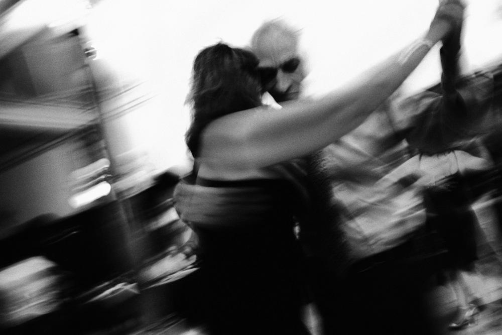 Tango : « cette pensée triste qui se danse et qui se chante »A l'origine, à la fin du 19 ème, le Tango naît dans les quartiers populaires où vivent les immigrés européens en mal du pays, de leur famille, de leurs amours… Longtemps les classes aisées n'ont eu aucune considération pour cette danse. Mais avec le succès international qu'elle rencontre, notamment avec le légendaire Gardel, elle ne tarde pas à devenir un symbole national. Cette danse est aujourd'hui réinvestie par les jeunes argentins d'origine modeste, comme un clin d'œil à ses racines et un pied de nez à ces élites souvent méprisantes à l'égard de cette jeunesse.Buenos Aires, décembre 2007