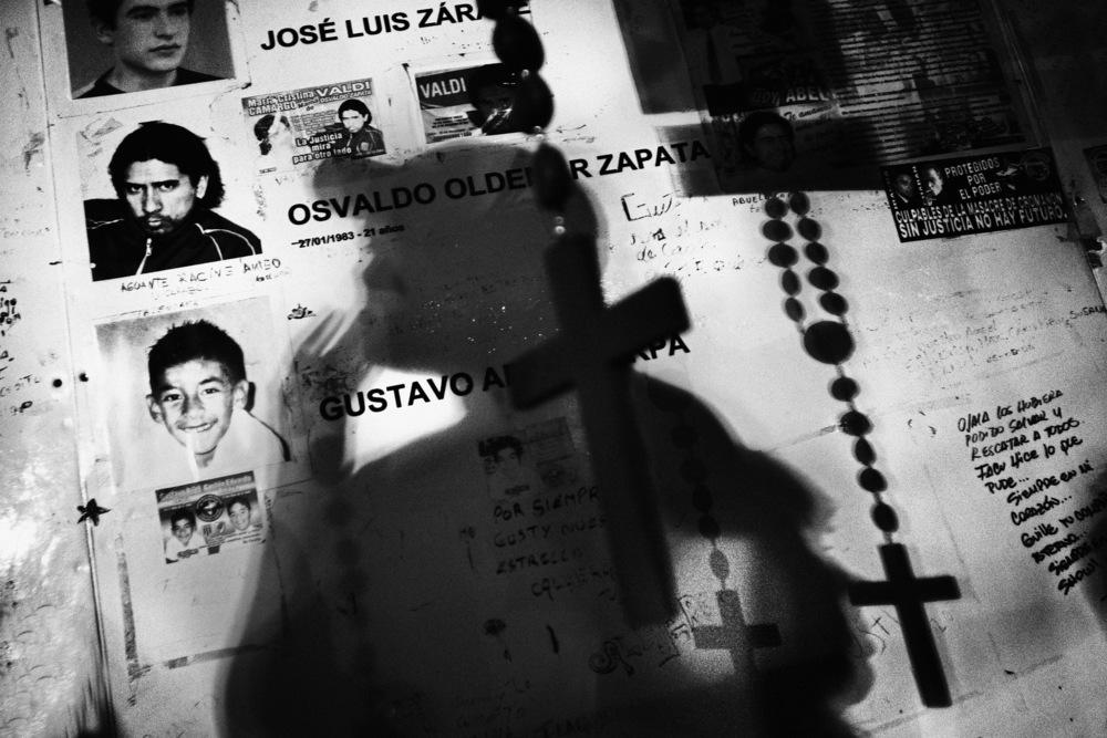 Que no se repita Que cela ne se répète pasTrois ans jour pour jour après la tragédie de Cromañon qui a tué 194 jeunes, et qui constitue l'une des pires accidents que l'Argentine ait connu, des milliers de personnes s'étaient rassemblées sur le lieu même du sinistre pour réaffirmer leur volonté de justice.La nuit du 30 décembre 2004, un concert de rock était organisé dans la discothèque Republica Cromañon au centre de Buenos Aires, dans le quartier Once. Le groupe qui jouait a lancé un feu de Bengale au plafond qui s'est enflammé immédiatement. Les quelque 3000 à 4000 personnes qui se trouvaient présentes ont tenté de sortir, mais 4 des 6 issues de secours étaient fermées. Les portes étaient maintenues ainsi closes pour que les gens ne puissent pas rentrer sans payer… Les 194 victimes ont été tuées principalement par inhalation de gaz toxiques qui se sont dégagés du plafond en feu.Les batailles juridiques pour inculper et juger les responsables de cette catastrophe ont été et restent difficiles. Malheureusement il aura fallu ce drame pour illustrer concrètement le problème récurant de la corruption qui gangrène la classe politique de ce pays…Buenos Aires, décembre 2007