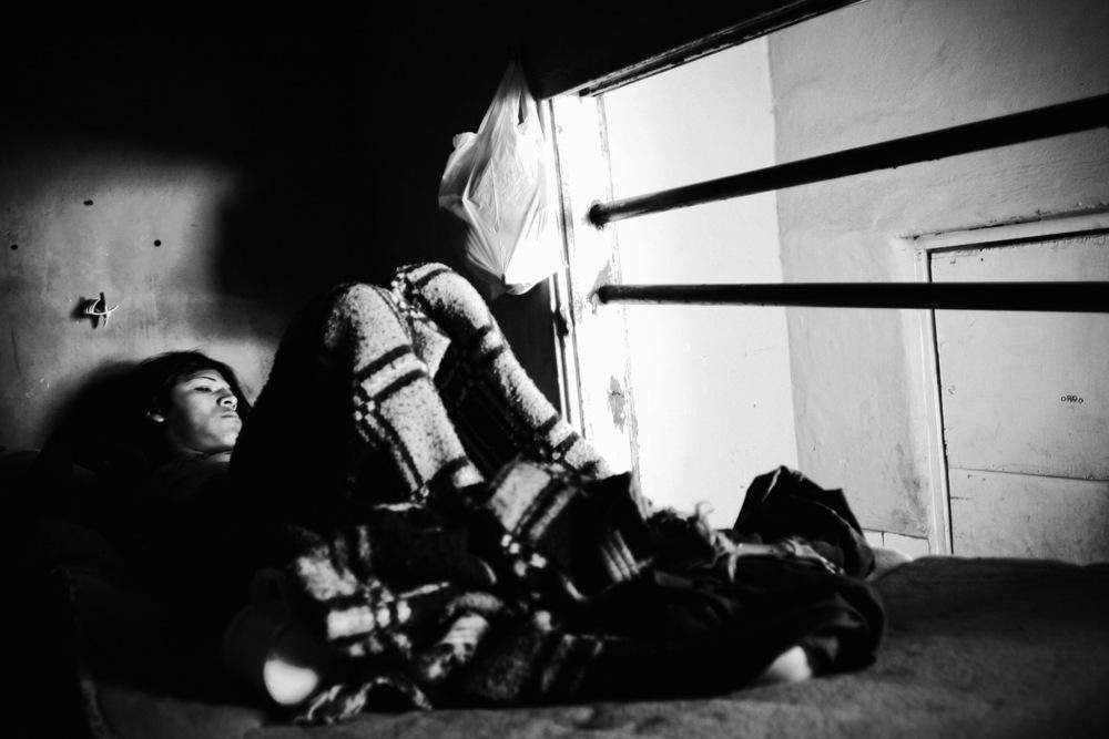 La Gondolin Cet ancien hôtel situé au cœur de Buenos Aires a été reconverti en lieu de vie pour des transgenres et de travailleurs du sexe. Ce lieu, géré par une association du même nom, leur permet de se poser quelques temps, de bénéficier d'un endroit pour dormir, échappant à la violence de la rue ou de celles des clients. On y reçoit aussi conseils et moyens de prévention du sida et des infections sexuellement transmissibles. L'épidémie de sida touche près de 130 000 personnes en Argentine, mais, hormis le 1er décembre, le sida est rarement évoqué. La crise économique de 2001 a paradoxalement permis au pays d'accélérer la distribution gratuite d'antirétroviraux, mais les ressources restent faibles pour développer des programmes de prévention et de dépistage.Buenos Aires, mars 2006