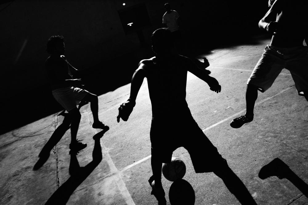 Le football fait partie intégrante de la culture argentine. Il est très fréquent de voir des collègues de travail se retrouver au stade du coin pour taper le ballon. Bien sûr les gamins de tous les quartiers, des plus huppés aux plus pauvres, jouent au foot dès qu'ils le peuvent.C'est également un sport qui permet de créer ou re-créer du lien avec certains enfants en rupture sociale. Ici dans le quartier de la Boca, Dany, un psychologue bénévole d'une association locale (Movimiento Madres en Lucha), a organisé une partie sous un soleil de plomb, où les touristes et les gosses du barrio se mélangent allégrement.Buenos Aires, décembre 2007