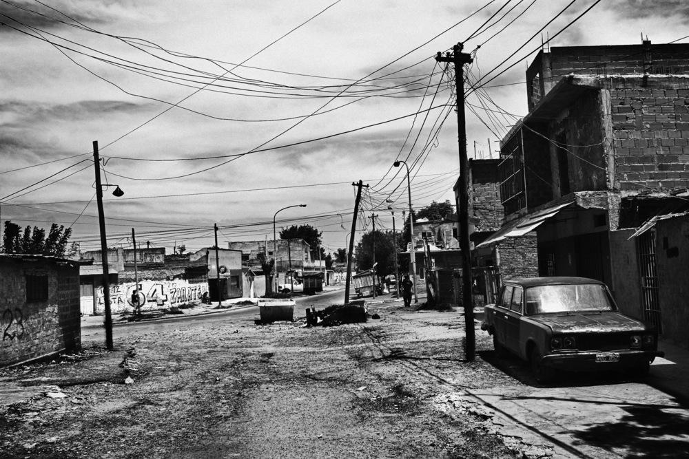 Villa 15 – La Ciudad Oculta La Villa 15 est un bidonville de Buenos Aires qui compte 16000 habitants de différentes nationalités (paraguayens, boliviens, uruguayens). Cette Villa est apparu après la coupe du monde de football de 1976. Afin de « protéger » de la vue des touristes ces quartiers moins touristico-compatibles un mur avait été érigé tout autour d'où le nom de Ciudad Oculta… Comme dans beaucoup de bidonvilles, les problèmes rencontrés tournent autour de la violence, de la propreté (ramassage des poubelles ), de la drogue depuis l'arrivée du PACO (l'équivalent du crack qui fait des ravages chez les enfants), de l'accès à l'eau…De nombreuses ONG viennent accompagner les habitants pour améliorer leur quotidien. L'association des Mères de la Place de Mai ont monté un projet pour réhabiliter un hôpital abandonné (elefanto blanco) et ainsi offrir un lieu ressource, de vie social et proposant de nombreux services aux habitants de a Villa.Buenos Aires, janvier 2008