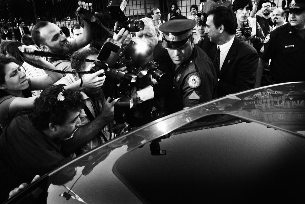 La dynastie Kirchner Cristina Kirchner est investie nouvelle présidente pour une période de 4 ans. Elle a survolé ces élections. Elle succède à son mari, Nestor (décédé en 2010), ici lors de son départ symbolique de la Casa Rosada, le palais présidentiel. En ce jour particulier pour l'Argentine, les péronistes étaient descendus dans la rue pour assurer de leur soutien celle qui succède à son mari. Les classes moyennes et des classes populaires étaient très présentes, ainsi que toutes les générations. La Plaza de Mayo était encore une fois le coeur battant de cette nouvelle page d'histoire...Buenos Aires, décembre 2007