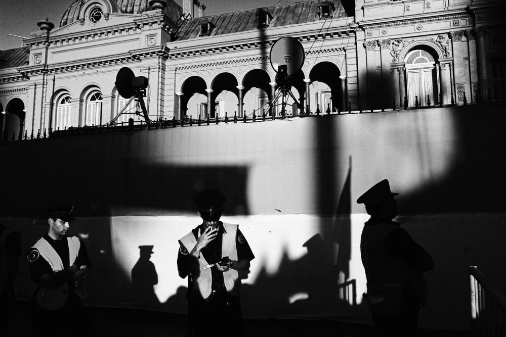 Le rôle de la police pendant la dictature et pendant la crise de 2001 est tristement édifiant. Aujourd'hui encore des membres de l'association HIJOS, qui rassemble des enfants de disparus, demandent justice pour que des policiers soient traduits en justice pour leurs actes commis pendant la « guerre sale ». Carlos Menem avait fait passer des lois d'amnistie qui ont été annulées en 2003 par Nestor Kirchner. Ses membres subissent toujours des pressions très importantes, qui vont jusqu'à l'enlèvement pendant quelques heures, et ce afin de les dissuader de témoigner devant les tribunaux. Malgré ces pressions, les procès ont bien lieu. En novembre 2010 plusieurs policiers ont été condamnés à des peines de prison allant de 8 à 14 ans, condamnant ainsi leur rôle actif, notamment des les centres de détention illégaux où étaient torturés et tués des milliers d'opposants.Buenos Aires, décembre 2007