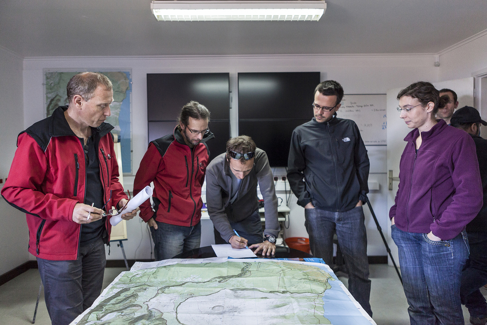 27 juin 2014, Florent Brenguier (à droite) sismologue et une partie de l'équipe de la mission VolcArray à l'Observatoire volcanologique du Piton de la Fournaise (OVPF), La Plaine des Cafres, Ile de la Réunion