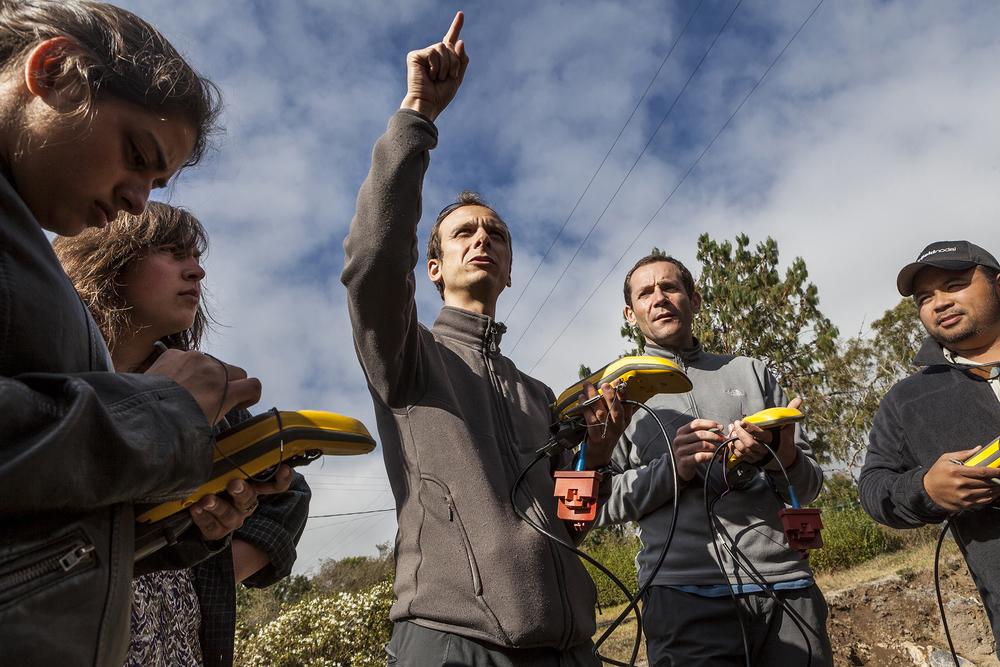 27 juin 2014, Florent Brenguier (au centre) sismologue et un partie de l'équipe de la mission VolcArray testent les nodes (sismomètres) qui seront utilisés pour la mission VolcArray à l'Observatoire volcanologique du Piton de la Fournaise (OVPF). La Plaine des Cafres, Ile de la Réunion.