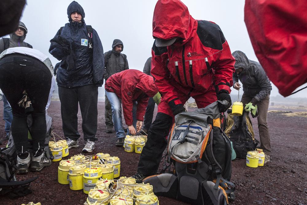 30 juin 2014, L'équipe de la mission VolcArray charge les nods (sismomètres) qu'ils vont allé installer sur le volcan du Piton de la Fournaise . Ile de la Réunion.