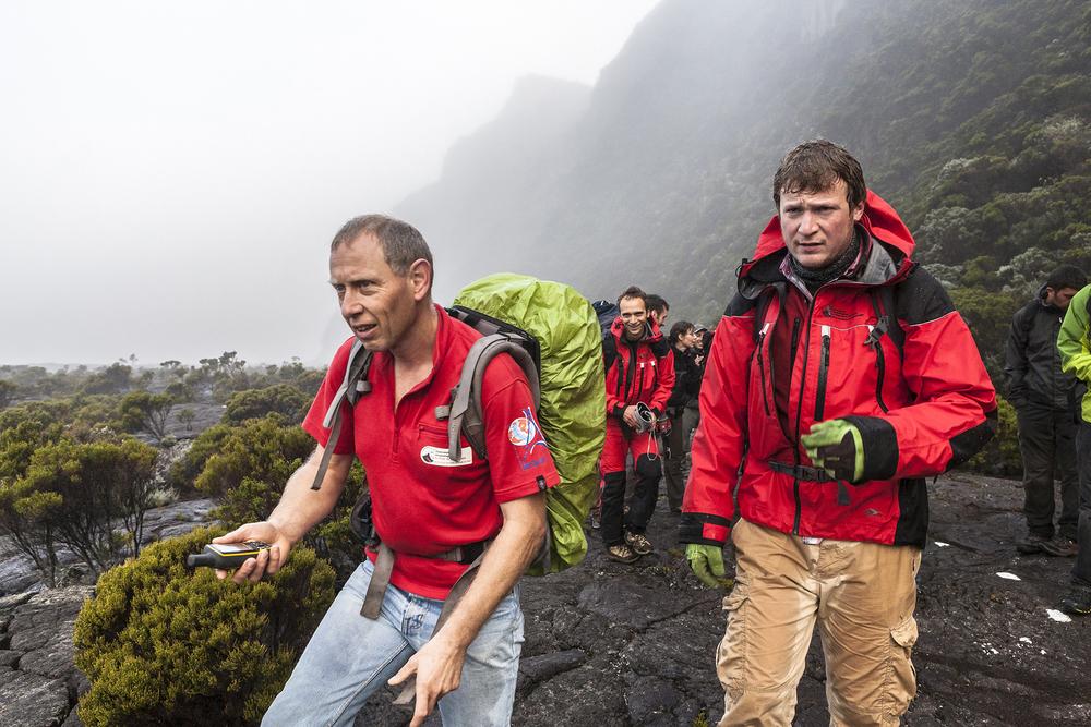 30 juin 2014, 30 juin 2014, Philippe Kowalski (à gauche), directeur adjoint de l'Observatoire volcanologique du Piton de la Fournaise (OVPF) et Thomas Lecocq, sismologue à l'Observatoire royal de Belgique ainsi que l'équipe de la mission VolcArray installent les nods (sismomètres) sur le volcan du Piton de la Fournaise . Ile de la Réunion.