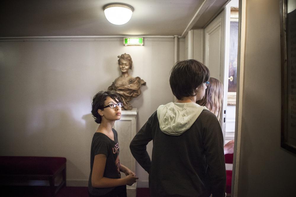 """Dans le cadre de leur programme de français, les élèves du collège du """"Moulin à Vent"""" de Thorigny sur Marne visite la Comédie Française. C'est la responsable du service de éducatif de la Comedie-Francaise,  Marine Jubin qui fait la visite. Juin 2015, Paris."""