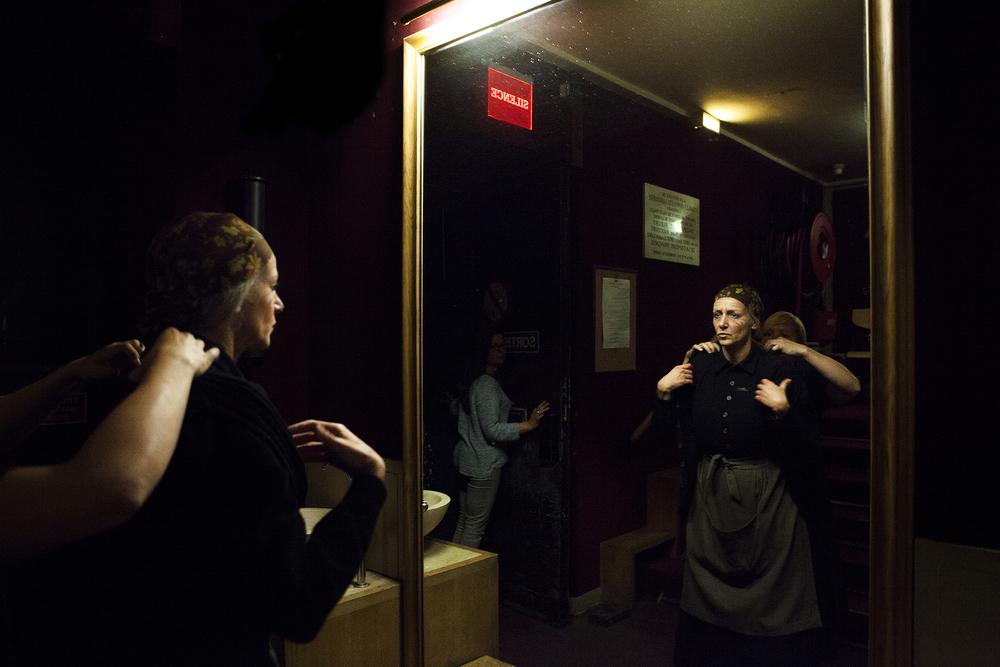 Elsa Lepoivre, sociétaire de la troupe de la Comédie Française, avant d'entrer en scène dans La Maison de Bernarda Alba de Federico Garcia Lorca. Juin 2015, Paris