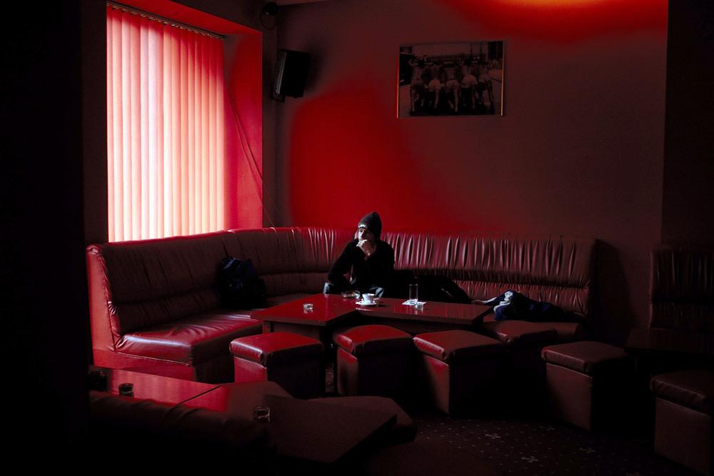 """Le """"Red Heart"""", seul bar/club de la ville à afficher le drapeau arc en ciel. Ouvert de jour comme de nuit.  *** Local Caption *** Bucarest, Etre homosexuel, Janvier 2006"""
