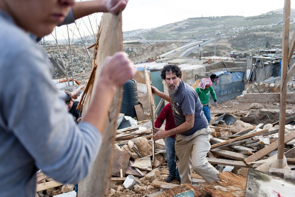 ANATA / PALESTINEDEUX JOURS APRES LEUR DESTRUCTION, PALESTINIEN ET BEDOUIN RECONSTRUISENT LEUR MAISON DETRUITES EN PLEINE NUIT PAR LES BULLDOZERS ACOMPAGNE PAR L'ARMEE ISRAELIENNE6 FOYERS SONT CONCERNES DONT UNE VINGTAINE D ENFANTS.DES ISRAELIENS MEMBRES OU NON D' ONG SONT VENUS DONNER LA MAINS AU FAMILLES.