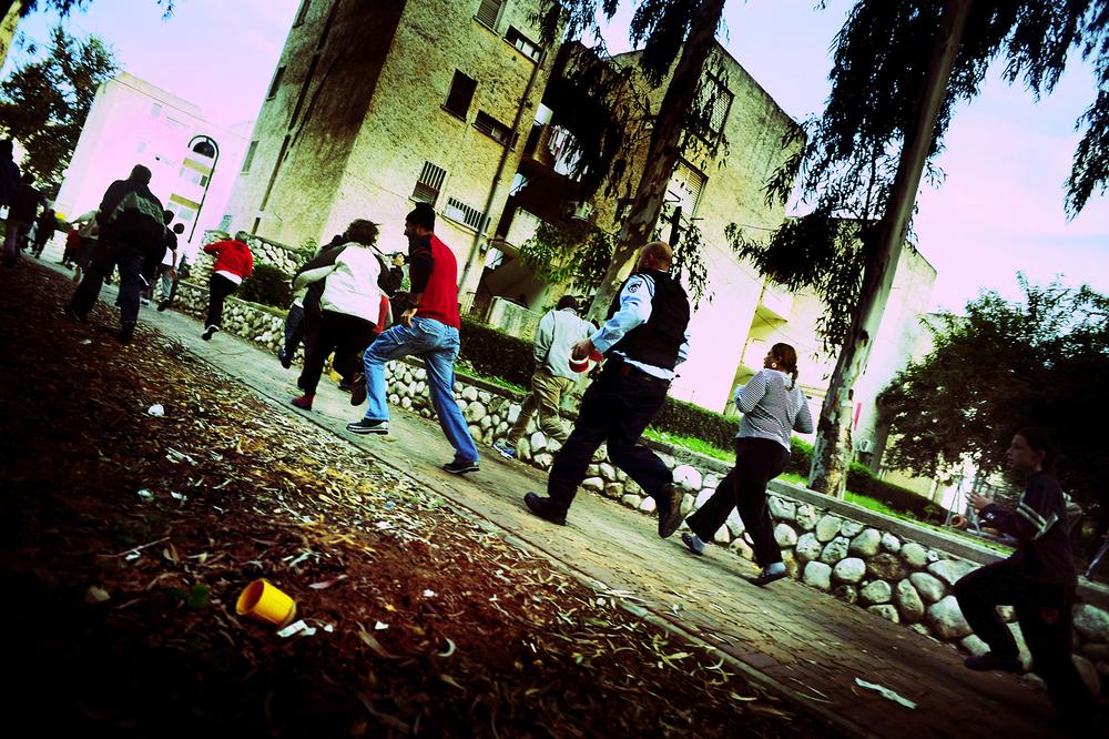 """SDEROT ISRAEL JANVIER 2009                                     LORSQUE L ALERTE RETENTIT, ON ENTEND UNE VOIX QUI ANNONCE """" COULEUR ROUGE"""". LES HABITANTS COURENTS AUX ABRIS. ILS DISPOSENT AU MAXIMUM DE 15 SECONDES."""