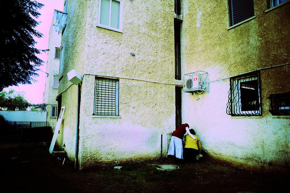 SDEROT ISRAEL JANVIER 2009 CETTE FOIS, LA ROQUETTE EST TOMBE TOUT PRET DE L IMMEUBLE. UNE FEMME PRISE DE FRAYEUR SE RETIRE DANS UN COIN POUR VOMIR.