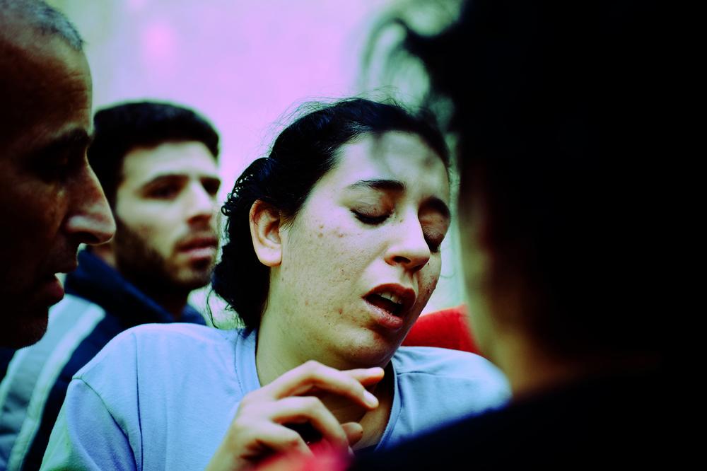 SDEROT ISRAEL JANVIER 2009.DURANT UNE ALERTE DEUX FEMMES - YUDITH ET SA FILLE N ONT PAS EU LE TEMPS DE SE COUVRIR. ELLES SONT EFFRAYEES, LA JEUNE FEMME S EST BLESSEE AU GENOU EN COURANT. APRES 8ANS DANS CETTE SITUATION LA POPULATION EST EPUISEE. UN GRAND NOMBRE SUIVENT UN TRAITEMENT PSYCHIATRIQUE OU ANTI DEPRESSIF. ON RECENSE ENORMEMENT DE TROUBLES POST TRAUMATIQUES NOTAMMENT CHEZ LES ENFANTS.