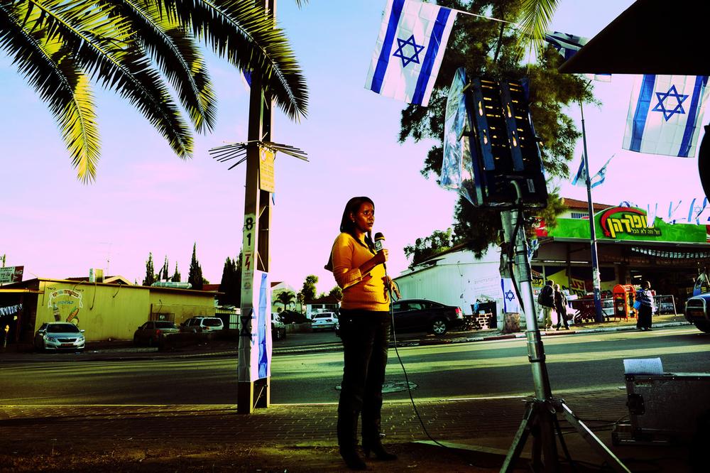 SDEROT CENTRE VILLE  ISRAEL JANVIER 2009          LES TELEVISIONS ISRAELIENNES ONT INSTALLE UN ESPACE DE DIRECT PENDANT L INTERVENTION ARMEE. LE CENTRE VILLE EST ENTIEREMENT AUX COULEURS DU PAYS EN SOUTIEN AUX SOLDATS ENGAGES SUR LE CONFLIT ET A LA  POPULATION SOUS LA MENACE DES TIRS DE ROQUETTES.